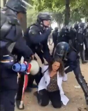 皇冠体育app:法国抗议现场再现暴力一幕:警员猛拽女抗议者头发往前拖行,还将其狠狠推向身旁的树...... 第4张