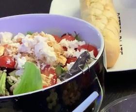 绿色食品!英男子超市购买沙拉?正吃着爬出一只蝗虫