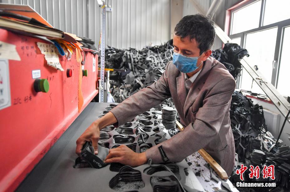 新疆叶城:易地搬迁户搬出新生活