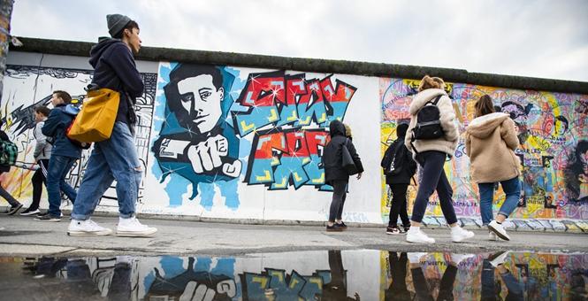 纪念柏林墙倒塌30周年 东边画廊吸引大批游客