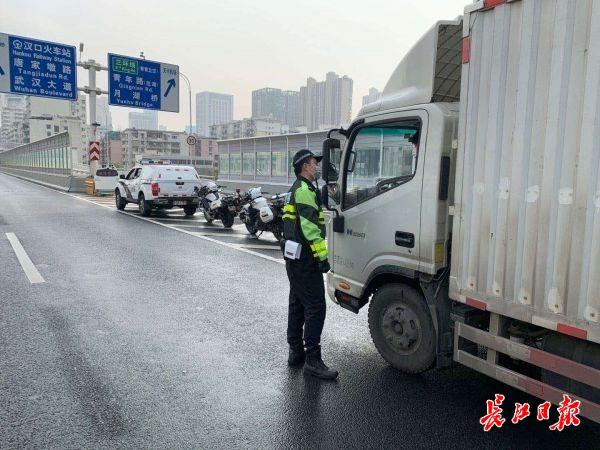 武汉市内主要干道车流量日渐恢复,交警:电动车、大客、货车禁上快速路及桥隧