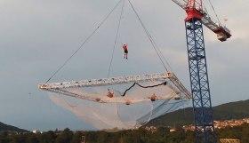 斯洛文尼亚特技团队建造最大空中蹦床表演极限空翻