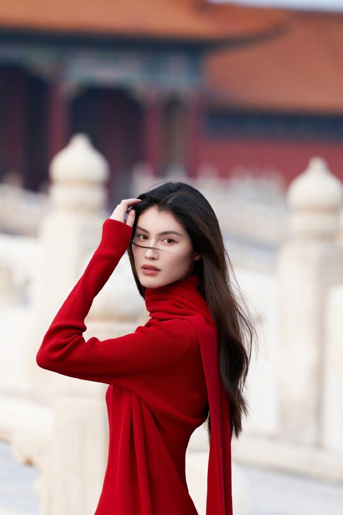 何穗穿红色针织衣拍大片秀发轻拂氛围感十足