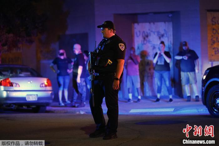 美威州发布警察枪击非裔男子始末 称现场发现刀具