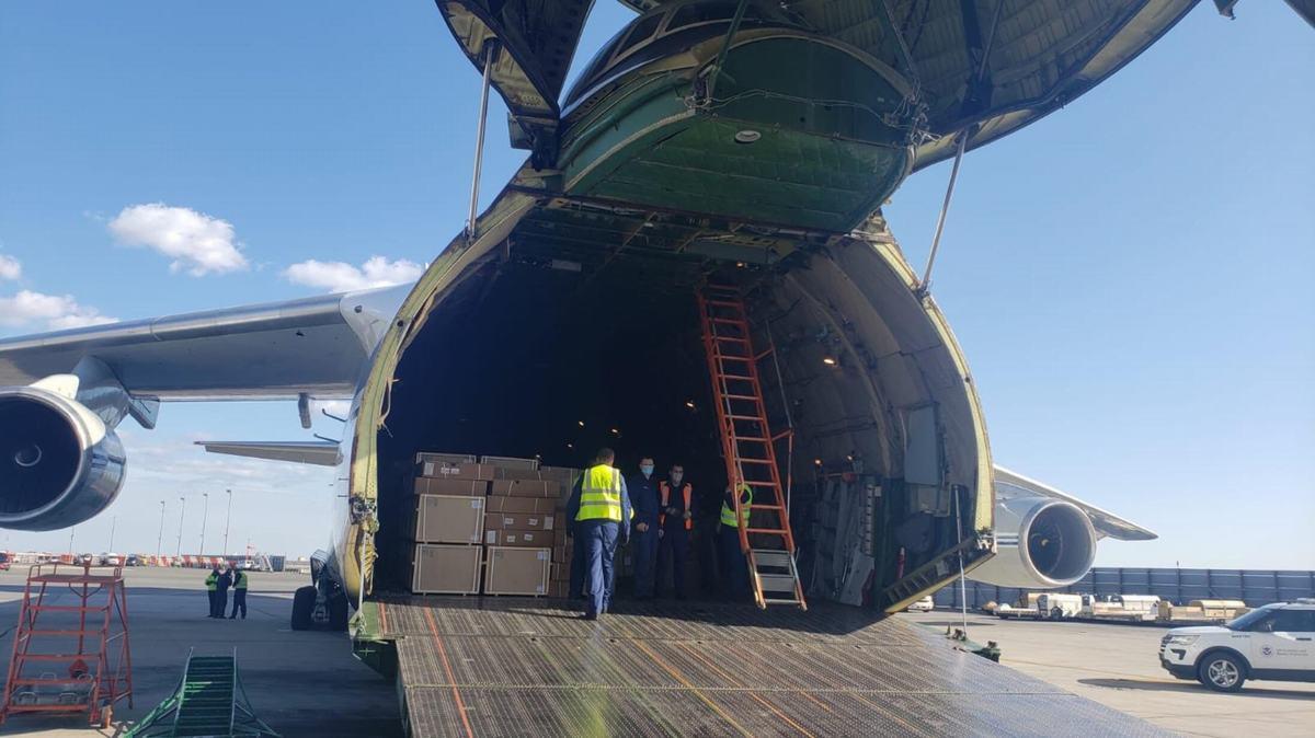 俄军最大战略运输机抵达纽约向美国运送抗疫援助物资