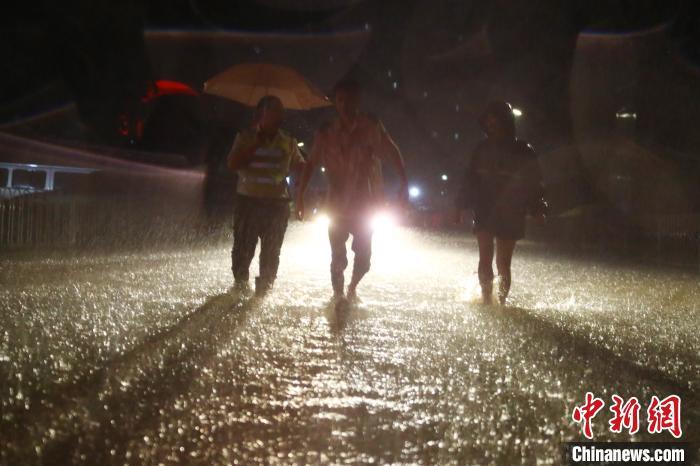 暴雨夜袭江西南昌 城区内涝积水严重