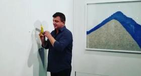 迷惑行为!行为艺术家吃掉价值12万美元香蕉