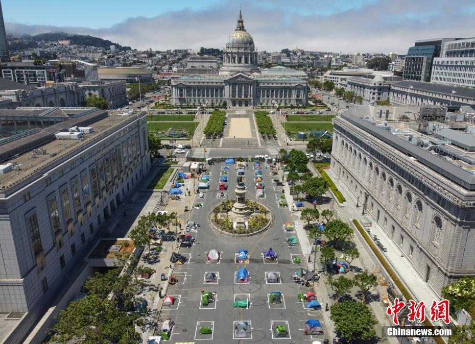 """旧金山市政厅对面建无家可归者营地 方框确保""""社交距离"""""""