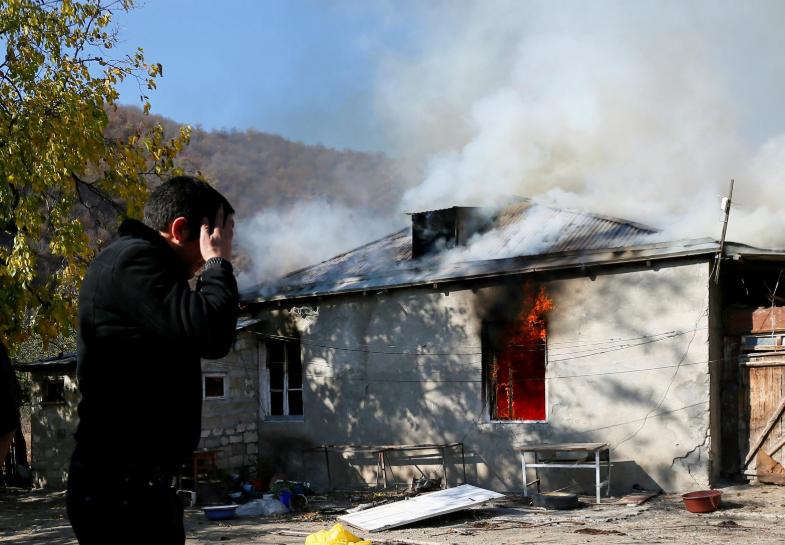 《【华宇在线娱乐】亚美尼亚人撤离前含泪烧房子:绝不留给阿塞拜疆人》