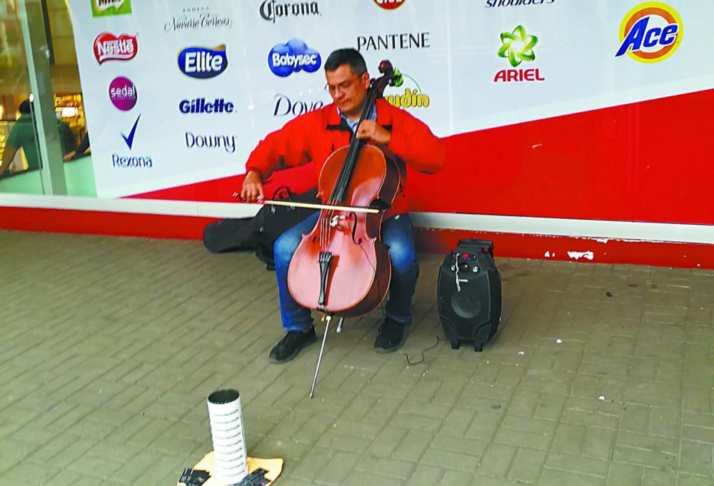 秘鲁街头的委内瑞拉卖艺人