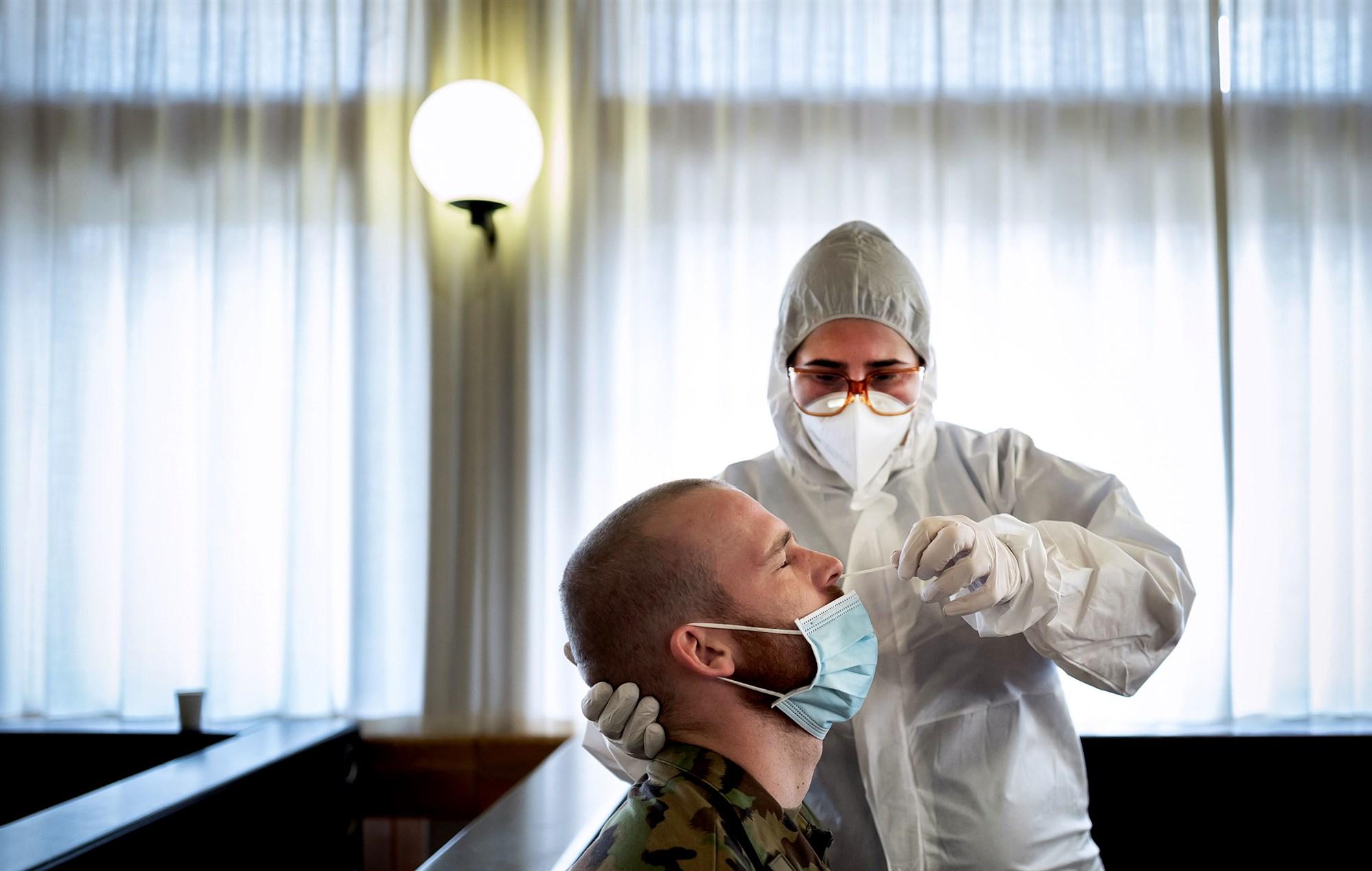 美媒:美国新冠累计确诊病例超1000万例 第1张