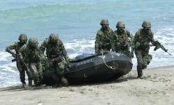 快艇倾覆致2死 台海军:水深仅1.5米,但士兵瞬间呛水