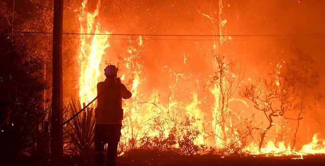 强风来袭两处林火恐烧成一片 澳大利亚发紧急警告