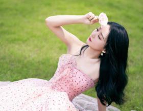 赵丽颖穿粉色波点裙