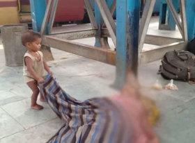 印度一男童掀开盖毯试图唤醒刚刚去世的母亲
