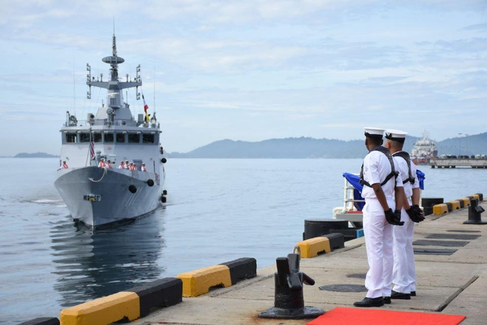 马来西亚海军开着中国造濒海任务舰回国民众热烈欢迎