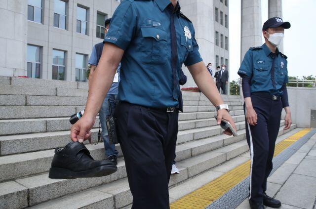 """allbetgaming下载:男子在国会大楼前向文在寅扔鞋被警员带走,称""""让他感受侮辱感和耻辱感"""" 第2张"""