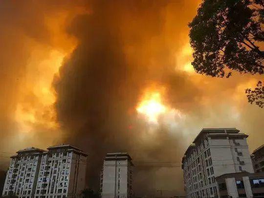 山火暴起,逼近西昌城区
