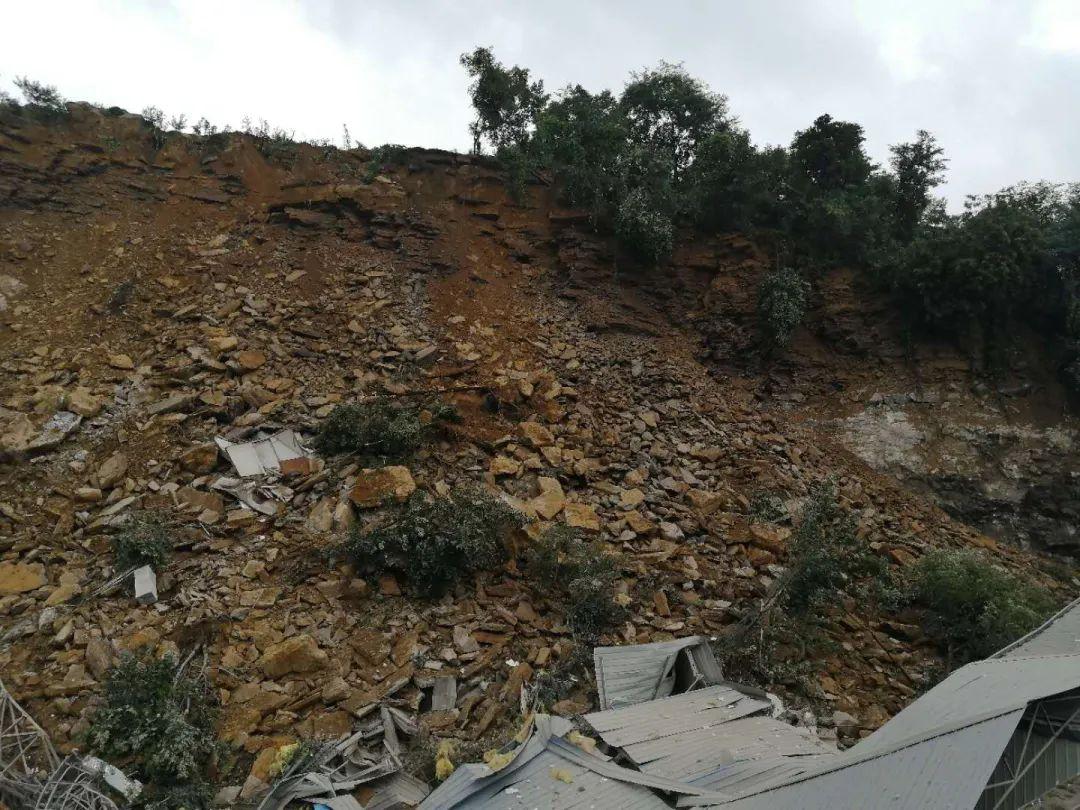 重庆高新区山体滑坡致1人死亡,仍有2人被埋