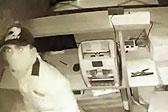 印度一男子深夜抢银行 不慎割伤自己脖子死亡