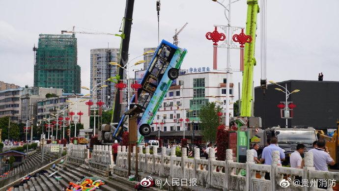 贵州坠湖公交救出36人中有学生4人:其中3人正在接受治疗,1人无生命体征