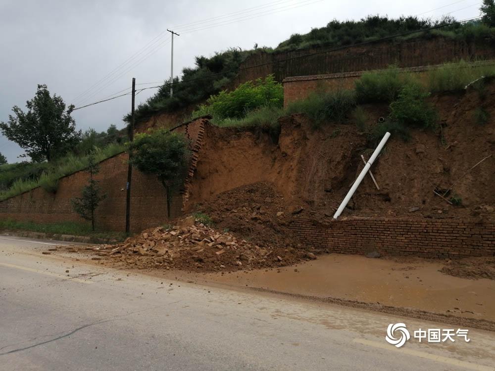甘肃庆阳遭遇强降雨道路塌陷围墙倒塌