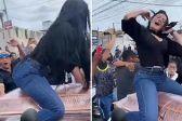 厄瓜多尔女子骑在爱人棺材上跳舞 葬礼犹如派对
