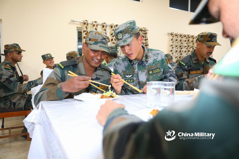 中印陆军联训印度官兵用筷子吃中餐