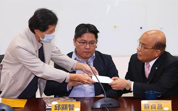 苏贞昌批戴口罩是错王鸿薇酸:不仅限购还要限戴?