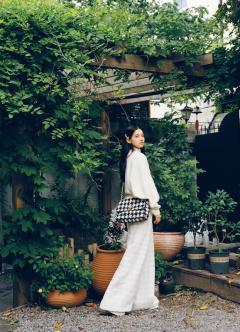 张婧仪白色系街拍,简单有型演绎自然美!
