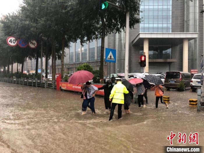 """青海西宁暴雨多路段被积水""""占领"""":公交车司机背考生过马路"""