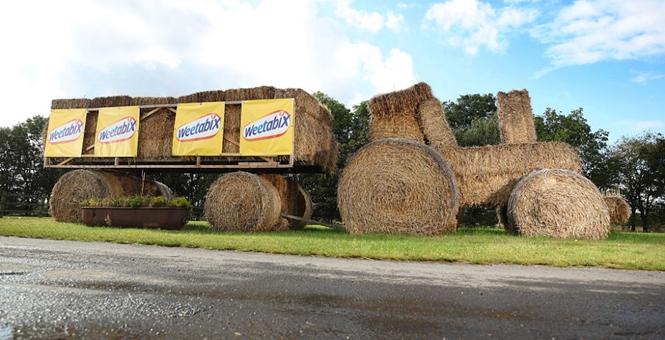 """剑桥农夫用小麦创作雕塑获大奖  巨型""""卡车""""远观超逼真"""