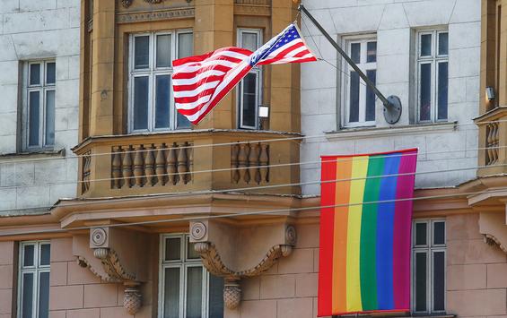 """欧博亚洲手机版下载:太过解读?美国使馆挂彩虹旗支持LGBT群体,普京亮相却被路透社解读成了一种""""冷笑"""""""