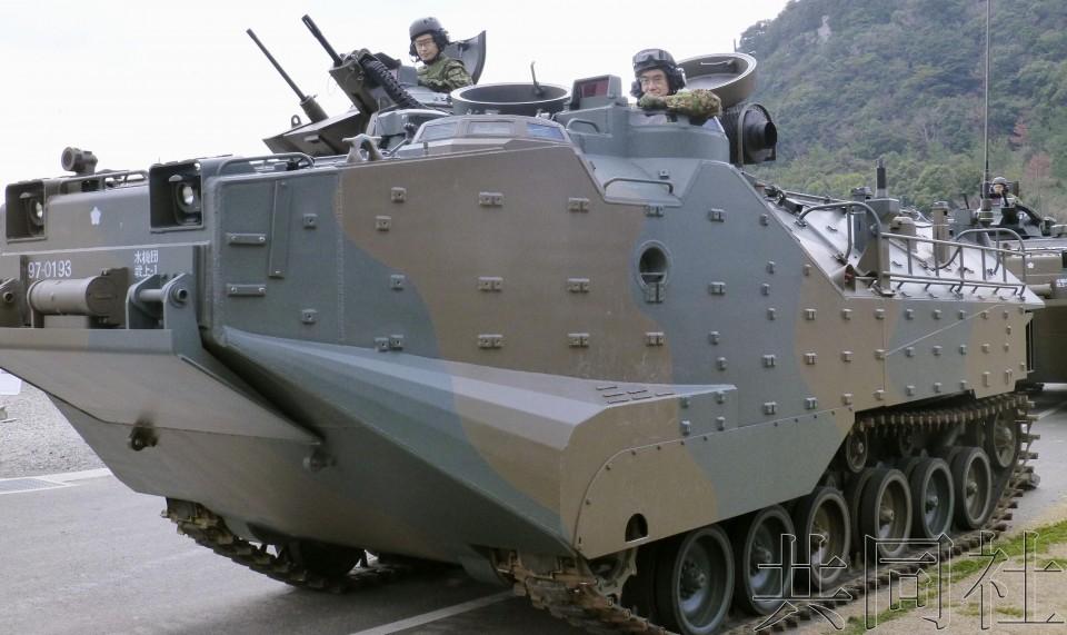 """日本防卫相视察""""水陆机动团""""亲自乘坐两栖装甲车"""