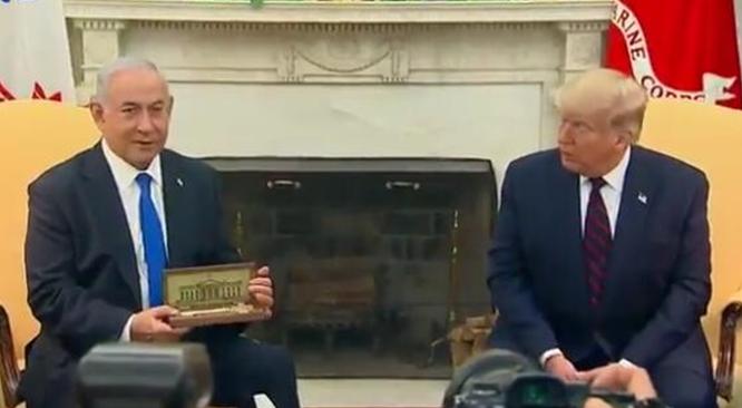 """特朗普向内塔尼亚胡赠送""""白宫钥匙"""" 签署正常化协议"""