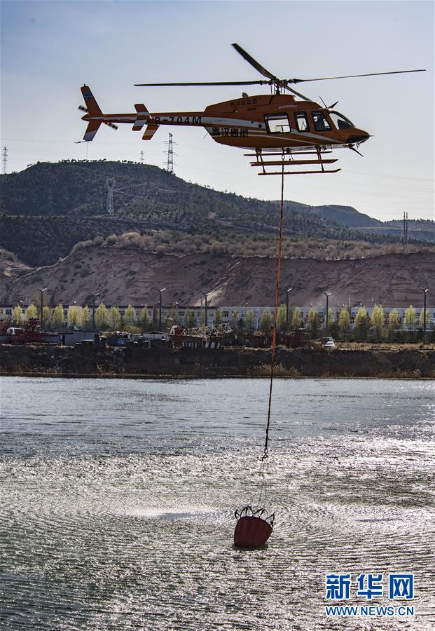 陕西神木:消防直升机投入山林灭火