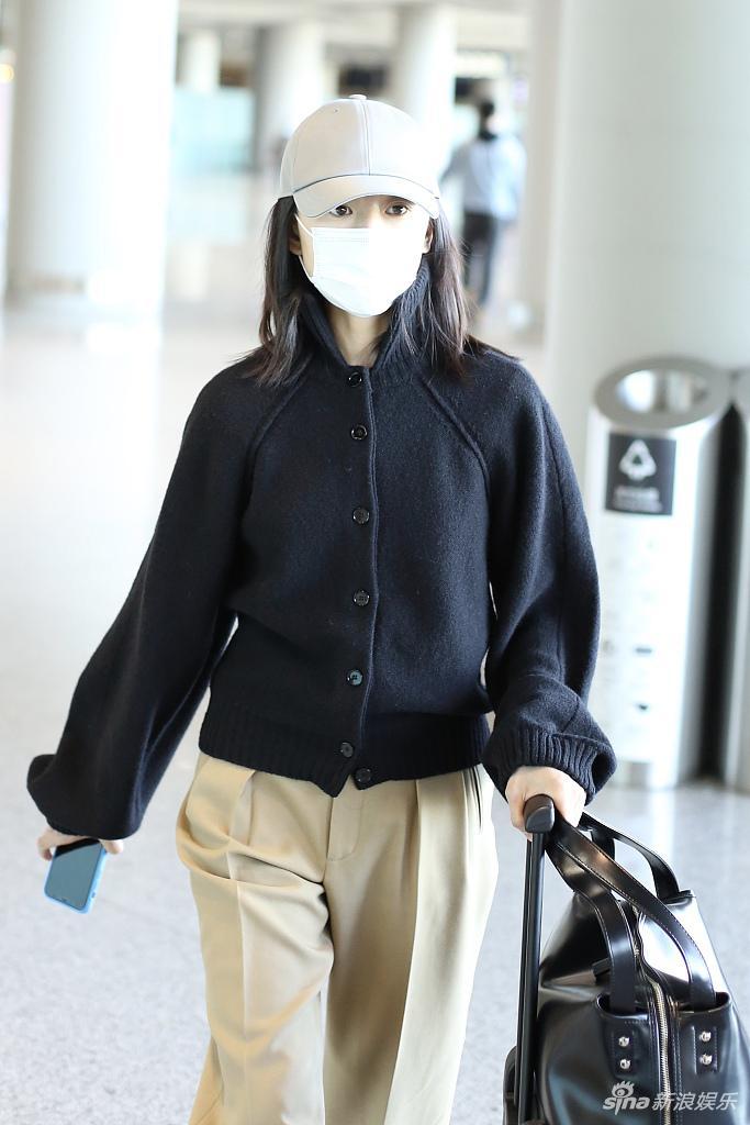董洁穿黑衣搭配卡其色长裤推行李箱挥手道别亲和力足