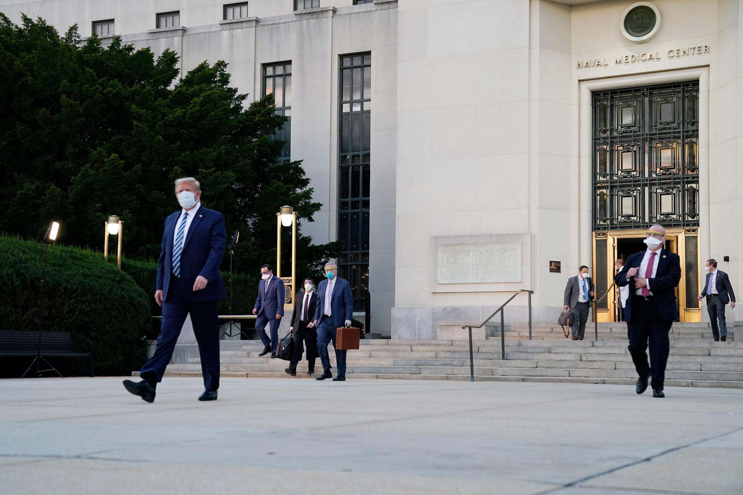 快讯!特朗普乘专机脱离医疗中央后,已返回白宫