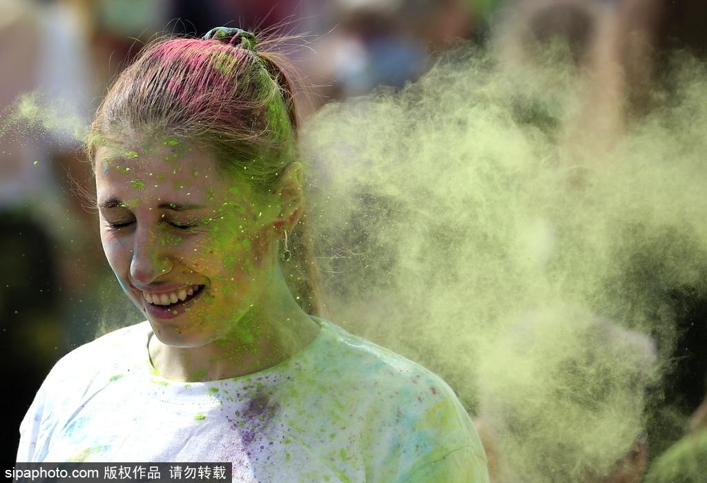 白俄罗斯举办色彩节活动市民上演五彩狂欢享乐趣