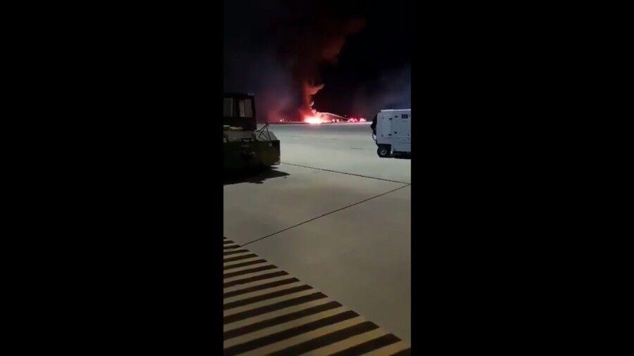 美军一架F-16战斗机夜训时坠毁现场火光冲天