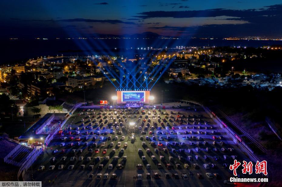 希腊办驾车节 民众车上排排坐听演唱会