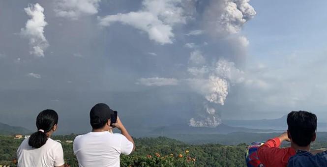 丹麦活火山爆发浓烟直冲云霄 大众淡定拍照