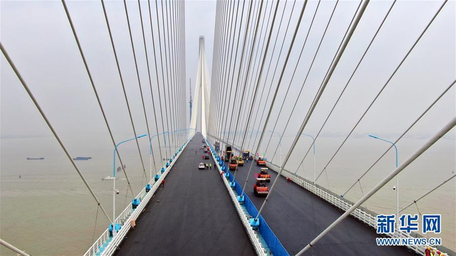 沪通长江大桥主航道桥桥面沥青摊铺全部完工