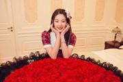 张雨绮生日收巨型玫瑰花束 头戴粉色蝴蝶结笑容超甜
