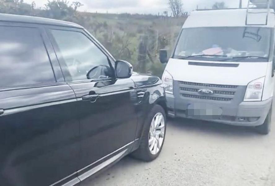 英国一景区内居民拦游客车辆劝返:回家隔离吧