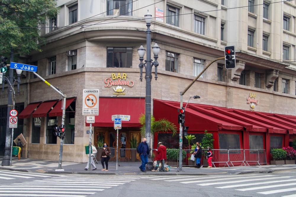 """平心在线:巴西疫情""""重灾区""""圣保罗市重新开放餐馆、酒吧和美容院"""