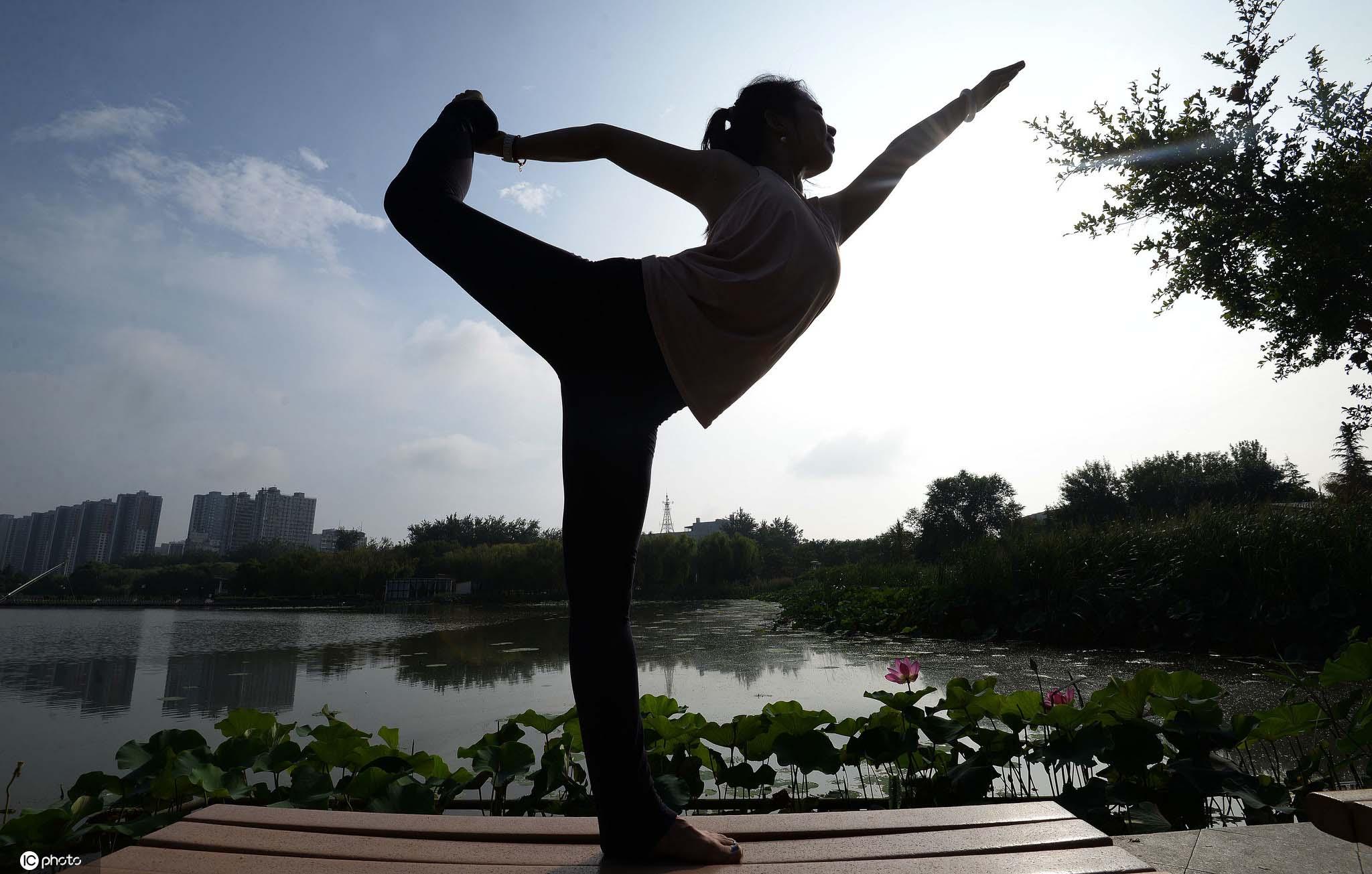 第12个全民健身日河北邯郸瑜伽爱好者秀瑜伽