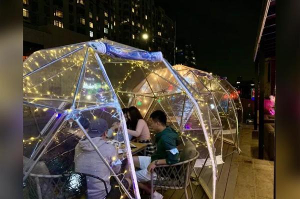 美国中餐馆出奇招防疫:泡泡房、玻璃屋、中国风屏风……