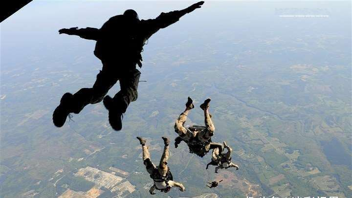 空降兵第一视角带你高空跳伞