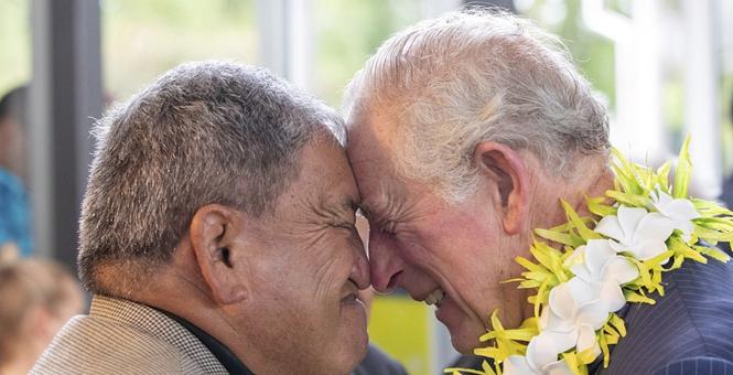 查尔斯王储夫妇访新西兰毛利人社区 入乡随俗行碰鼻礼